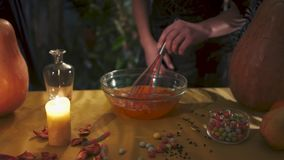 Víspera de Todos los Santos La mano femenina mezcla el líquido con un batir Todos los santos Eve metrajes