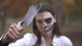Víspera de Todos los Santos La muchacha con maquillaje muerto del hombre sostiene el cuchillo almacen de video