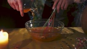 Víspera de Todos los Santos Las manos masculinas y femeninas están preparando una poción Todos los santos Eve almacen de video