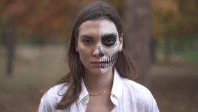 Víspera de Todos los Santos Muchacha con un maquillaje asustadizo de Halloween almacen de metraje de vídeo