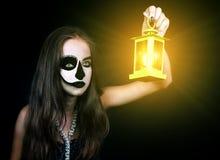 Víspera de Todos los Santos Muchacha con una linterna en su mano Foto de archivo libre de regalías