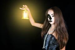Víspera de Todos los Santos Muchacha con una linterna en su mano Fotos de archivo libres de regalías
