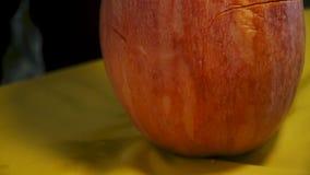 Víspera de Todos los Santos Velas, calabazas y frutas ardientes en la tabla almacen de video