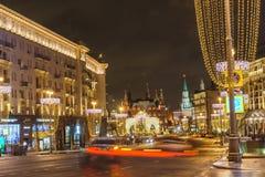 Víspera del ` s del Año Nuevo: Beautuful adornó e iluminó la ciudad de Moscú, Rusia Imagenes de archivo