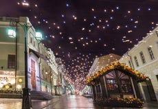 Víspera del ` s del Año Nuevo: Beautuful adornó e iluminó la ciudad de Moscú, Rusia Foto de archivo