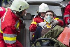 Vítima de ajuda do sapador-bombeiro Imagens de Stock