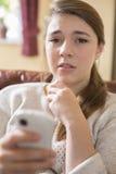 Vítima do adolescente de tiranizar pela mensagem de texto Imagens de Stock Royalty Free