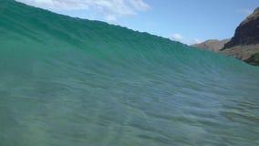 Vítreo bendizer a onda no shorebreak de Havaí vídeos de arquivo