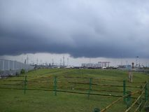 Vóór bewolkte regen klik nieuwe stad Kolkata stock foto