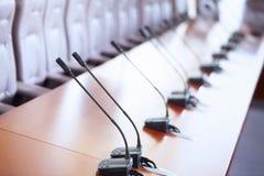 De zaal van de conferentie met microfoons royalty-vrije stock fotografie