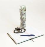 Vóór een open agenda met een pen en handcuffs tribuneskruik met  Royalty-vrije Stock Fotografie