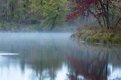 Vóór Zonsopgang bij de Rivier` s Kromming in de Herfst royalty-vrije stock fotografie