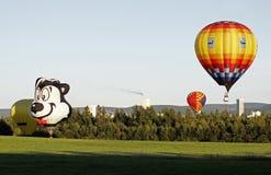 Vôo colorido do balão imagens de stock royalty free