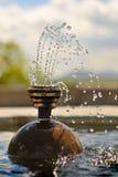 Vôo congelado gotas da água da fonte no ar meados de Fotos de Stock Royalty Free
