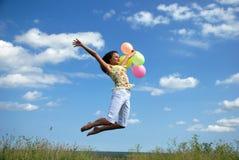 Vôo da mulher nova com balões coloridos Fotos de Stock