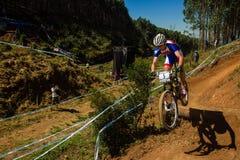 Vôo da rampa da raça do cavaleiro de MTB   Fotografia de Stock Royalty Free