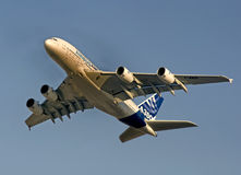 Vôo de Airbus 380 imagens de stock