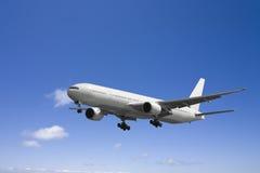 Vôo do avião no céu azul ilustração do vetor