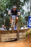 Vôo do ciclista da mulher de MTB Fotos de Stock