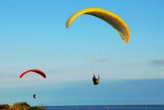 Vôo do pára-quedas acima do oceano Fotografia de Stock