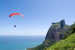 Vôo do Paraglider em torno da rocha Foto de Stock Royalty Free