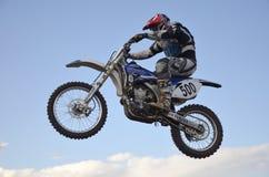 Vôo elevado do piloto da motocicleta em uma motocicleta Fotos de Stock Royalty Free
