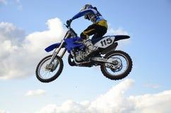 Vôo elevado do piloto da motocicleta em uma motocicleta Fotografia de Stock Royalty Free