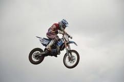 Vôo elevado do piloto da motocicleta em uma motocicleta Imagens de Stock