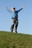 Vôo feliz do miúdo no céu azul Imagens de Stock