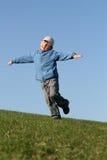Vôo feliz do miúdo no céu azul Imagens de Stock Royalty Free