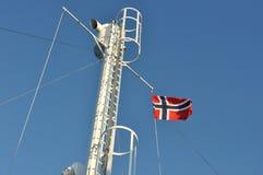 Vôo norueguês da bandeira em um mastro Imagens de Stock Royalty Free