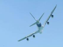 Vôo Wide-body do avião de passageiros Fotografia de Stock Royalty Free