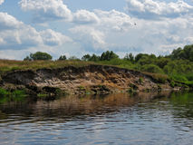 Vögel über dem Fluss Lizenzfreie Stockfotografie