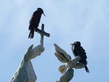 Vögel auf dem Monument Lizenzfreie Stockfotos