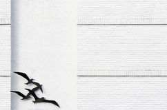 Vögel auf strukturierter Wand Lizenzfreies Stockbild