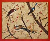 Vögel auf Zweigen mit roten Beeren Stockbilder