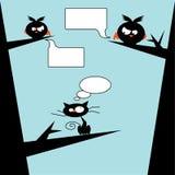 Vögel gegen Katze auf Baum Stockbild