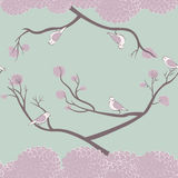 Vögel und nahtloses Muster der Baumaste Lizenzfreies Stockfoto