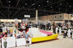 Völker an Abu Dhabi International Hunting und an der Reiterausstellung (ADIHEX) Stockfotografie