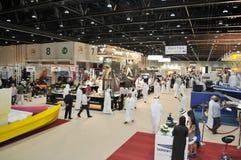 Völker an Abu Dhabi International Hunting und an der Reiterausstellung (ADIHEX) Lizenzfreie Stockfotografie