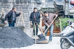 Völker, die Kohle tragen lizenzfreies stockbild