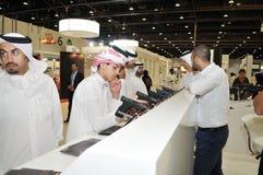 Völker, die Pistolen an Abu Dhabi International Hunting und an Reiterausstellung 2013 überprüfen Lizenzfreie Stockbilder