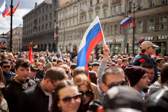 Völker und russische Flaggen in der Hand Lizenzfreie Stockfotos
