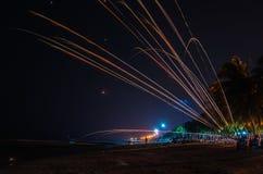 Völkerspielfeuerwerke am Strand lizenzfreies stockbild