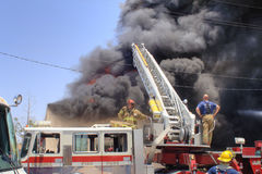 Völlig beteiligtes Gebäude auf Feuer Stockbild
