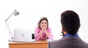 Völlig engagiert Mann, der um Job sich bewirbt Personalleiterleitvorstellungsgespräch Weiblicher Chef, der ungefähr Entscheidung  lizenzfreie stockfotos