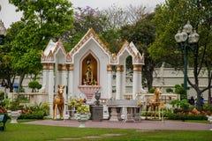 v王宫在曼谷,泰国柚木树庭院艺术 免版税库存图片