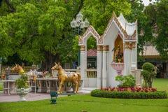 v王宫在曼谷,泰国柚木树庭院艺术 免版税库存照片