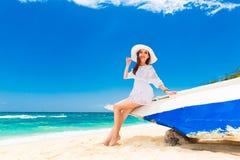 海滩的年轻美丽的女孩一个热带海岛 夏天v 免版税图库摄影