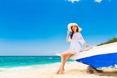 海滩的年轻美丽的女孩一个热带海岛 夏天v 免版税库存图片